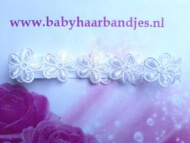Smalle witte baby haarband met kanten bloemen.