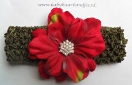 Gehaakte leger groene haarband met rode bloem.
