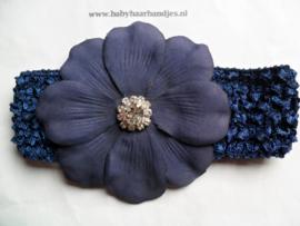 Gehaakte donker blauwe haarband met bloem en strass.