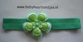 Voor de allerkleinste groen babyhaarbandje met bloemetjes.