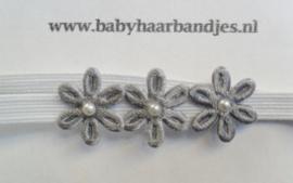 Voor de allerkleinste super smal wit haarbandje met kleine bloemetjes.