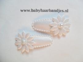 3 cm haar knipje wit met bloemetje.