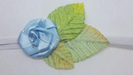 Super smal wit baby haarbandje met blauwe roos.