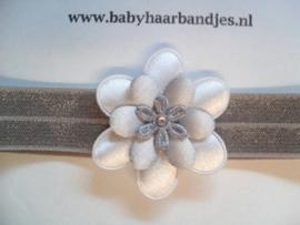 Voor de allerkleinste grijs haarbandje met grijze bloem.