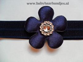 Smalle donker blauwe baby haarband met bloem.