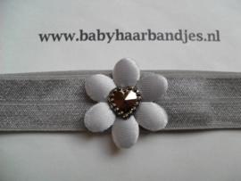 Voor de allerkleinste grijs haarbandje met bloemetje.