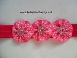 Smalle fuchsia baby haarband met 3 bloemetjes.