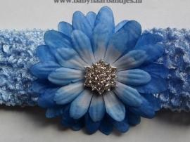 Gehaakte blauwe haarband met bloem.