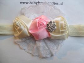 Smalle ecru baby haarband met kant en roosjes.
