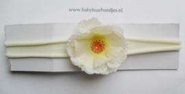 Voor de allerkleinste ecru nylon haarbandje met bloem.