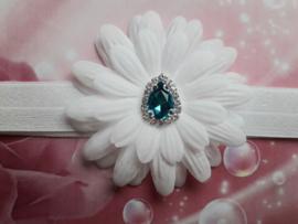 Smalle witte baby haarband met bloem en blauwe steen.