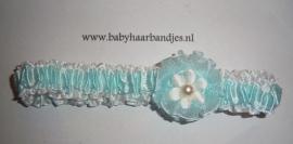 Voor de allerkleinste babyblauwe babyhaarband met bloemetje en pareltje.