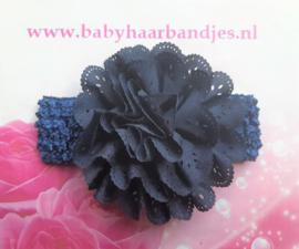 Gehaakte blauwe haarband met kanten bloem.