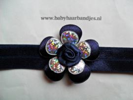 Smalle donker blauwe baby haarband met bloemetjes.