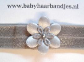 Voor de allerkleinste grijs haarbandje met bloemetje en pareltje.