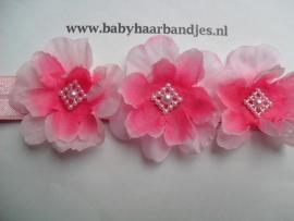 Smalle roze baby haarband met 3 bloemetjes.