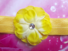 Smalle gele baby haarband met bloemetje.