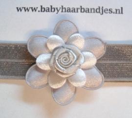 Voor de allerkleinste grijs haarbandje met grijs/witte bloem.