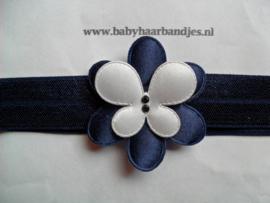 Smalle donker blauwe baby haarband met bloem en  vlindertje.