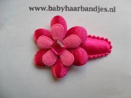 3 cm baby haarknipje met fuchsia bloemetje.
