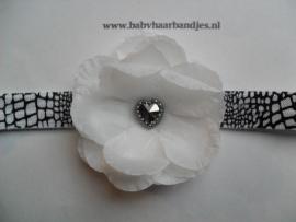 Smalle wit/zwarte baby haarband met wit bloemetje.