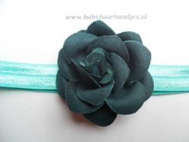 Smalle groene baby haarband met donker groen roosje.