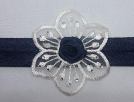 Smalle donker blauwe baby haarband met punt bloem en roosje.