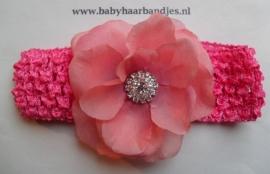 Gehaakte fuchsia baby haarband met bloem.
