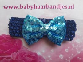 Gehaakte blauwe haarband met grote blauwe strik.