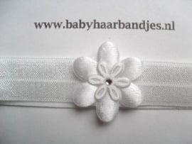Voor de allerkleinste wit haarbandje met wit bloemetje.