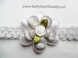 Smalle wit/zilveren baby haarband met bloem.