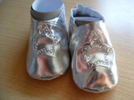 Zachte zilveren baby schoentjes met ster en stras.