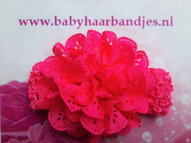 Gehaakte fuchsia haarband met kanten bloem.