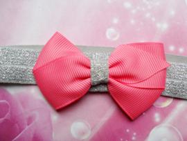 Smalle zilveren baby haarband met klein roze strikje .