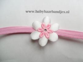Voor de allerkleinste super smal roze haarbandje met bloemetje.