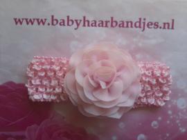 Gehaakte roze haarband met bloem.