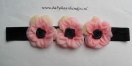 Smalle zwarte baby haarband met 3 bloemen.