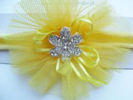Voor de allerkleinste geel nylon haarbandje met toef en stras bloem.