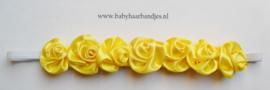 Super smal wit baby haarbandje met gele roosjes.