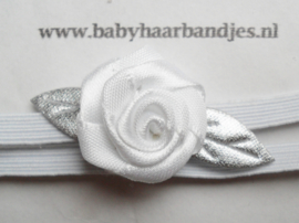 Super smal wit baby haarbandje met zilver/wit roosje.