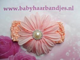 Gehaakte zalm roze haarband met  bloem.