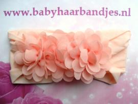 Brede zalm roze  nylon baby haarband met 3 chiffon toefjes.