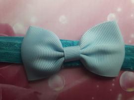 Smal blauw baby haarbandjd met klein strikje (7cm).