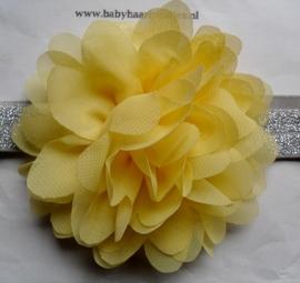 Smalle zilveren baby haarband met gele chiffon toef.