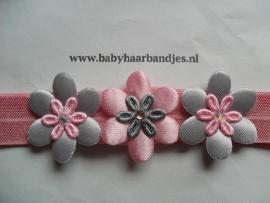 Voor de allerkleinste roze haarbandje met grijs/roze bloemetjes.