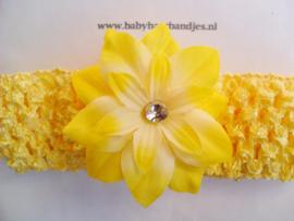 Gehaakte gele haarband met bloem.