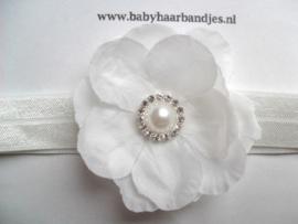 Voor de allerkleinste wit haarbandje met bloem en parel/strass.