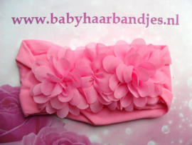 Brede bubblegum roze nylon baby haarband met 3 chiffon toefjes.