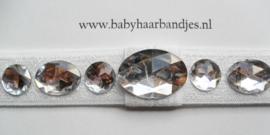 Smalle witte baby haarband met steentjes.