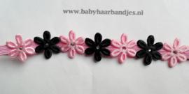 Super smal roze baby haarbandje met zwart/roze bloemetjes.